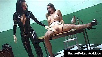 Bambola di gomma lesbica della lattice militare su Bangs Sex Bondman