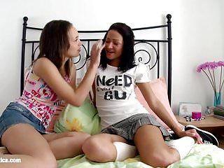 Ilina e lauren lesbo giocano anali con un enorme pene finto addosso