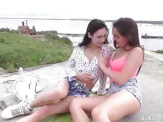 Adolescente di età legale marrone scuro Adolescente Lesbiche Babes Masturbarsi allaperto